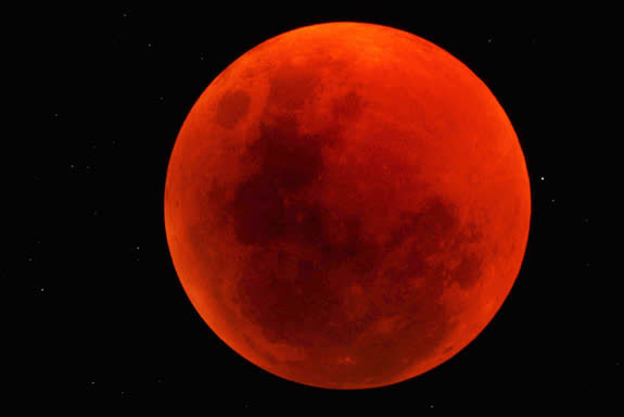 Total Lunar Eclipse and Solar 'Ring of Fire' Top April's Stargazing Events