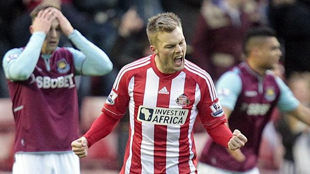 Sunderland's Swedish midfielder, Sebastian Larsson (2-L) celebrates scoring their first goal during the English Premier League football match between Sunderland and West Ham United at the Stadium of Light in Sunderland on January 12, 2013 (AFP)