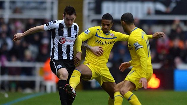 Reading's Garath McCleary and Newcastle United's Mathieu Debuchy (left) battle for the ball
