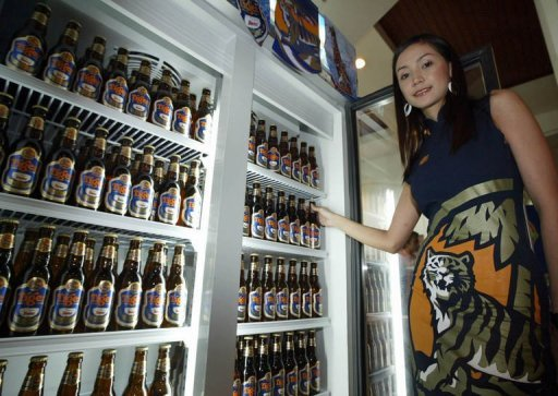 <p>A Thai model poses next to Tiger beer bottles during its launch on the Thai beer market in Bangkok in 2004. A Thai group on Thursday made an offer for Singapore's Fraser and Neave group, the parent of an Asian brewer about to be taken over by Dutch giant Heineken.</p>