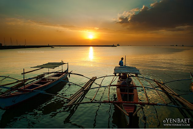 Fishermen watch the famed Manila Bay sunset. (Yen Baet)
