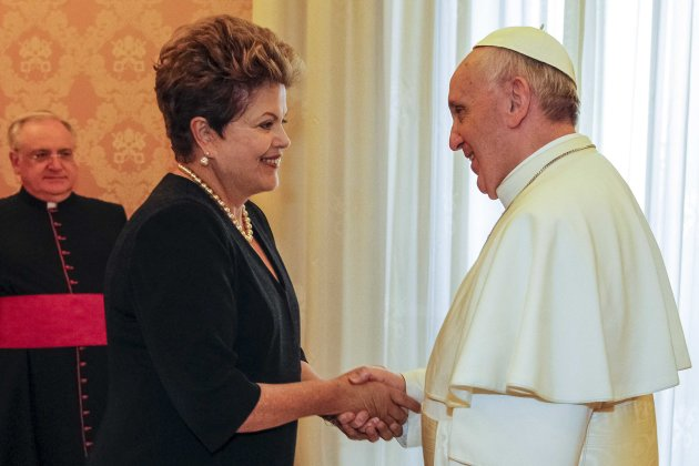 Brazil's President Dilma Rousseff (C) shakes hands with Pope Francis (R) at the Vatican March 20, 2013.  Pope Francis inaugurated his papacy on Tuesday with an address calling for the defence of the weakest in society and of the environment, saying that otherwise the way was opened to death and destruction.  REUTERS/Roberto Stuckert Filho/Brazilian Presidency/Handout (VATICAN - Tags: POLITICS RELIGION) ATTENTION EDITORS - THIS IMAGE WAS PROVIDED BY A THIRD PARTY. FOR EDITORIAL USE ONLY. NOT FOR SALE FOR MARKETING OR ADVERTISING CAMPAIGNS. THIS PICTURE IS DISTRIBUTED EXACTLY AS RECEIVED BY REUTERS, AS A SERVICE TO CLIENTS