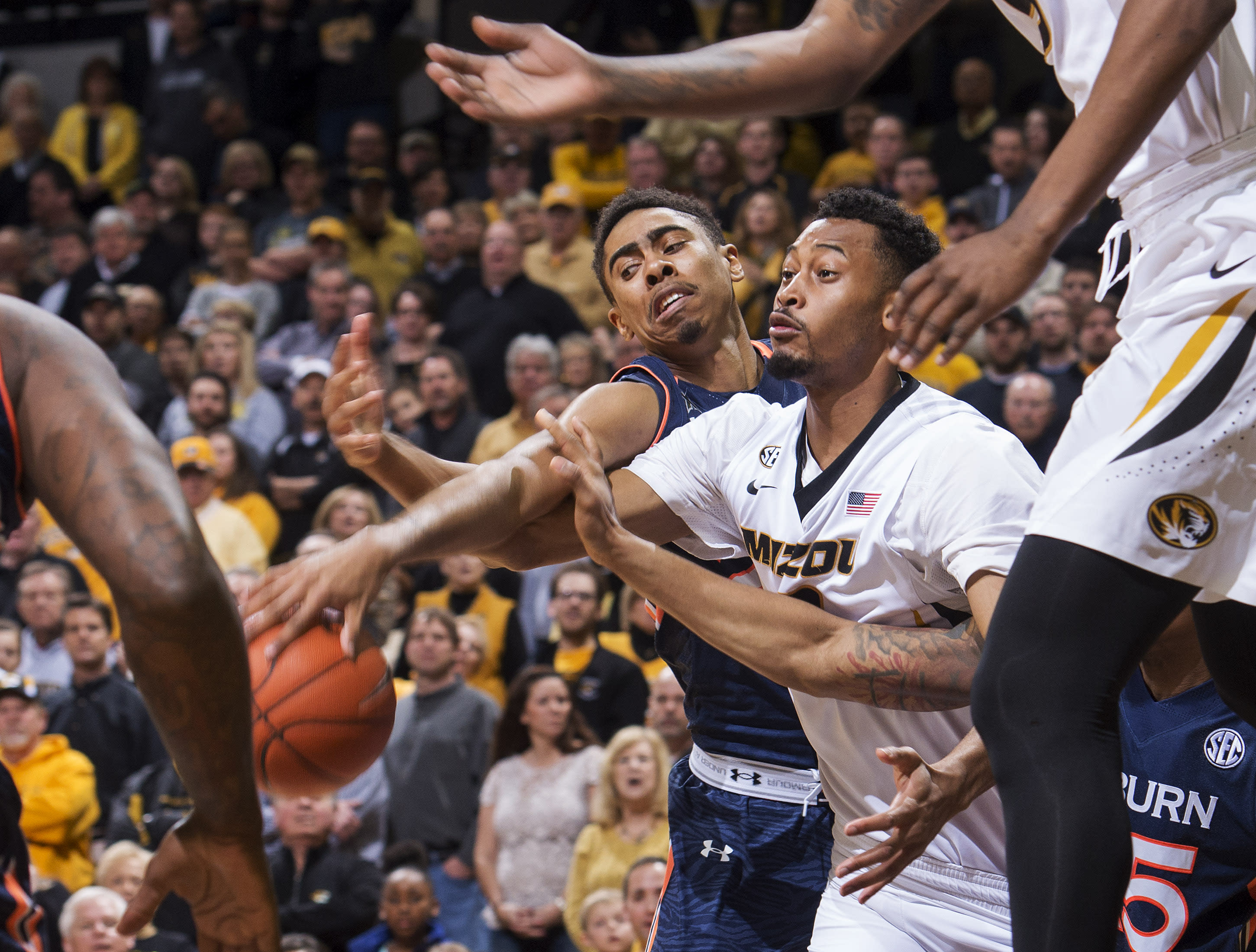 Shamburger leads Missouri to 63-61 win over Auburn
