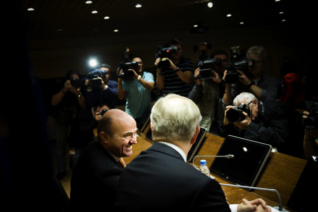 Spain's Economy Minister Luis De Guindos, left, and European Commissioner for Economic and Monetary Affairs Olli Rehn attend a press conference after a meeting at the Ministry in Madrid, Monday, Oct. 1, 2012. (AP Photo/Daniel Ochoa De Olza)