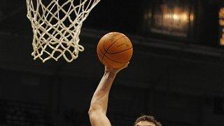 Jackson helps Bucks top Spurs 106-103