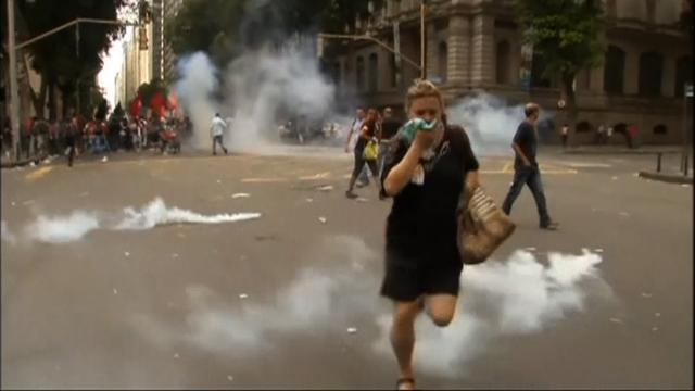 Teachers clash with police in Rio