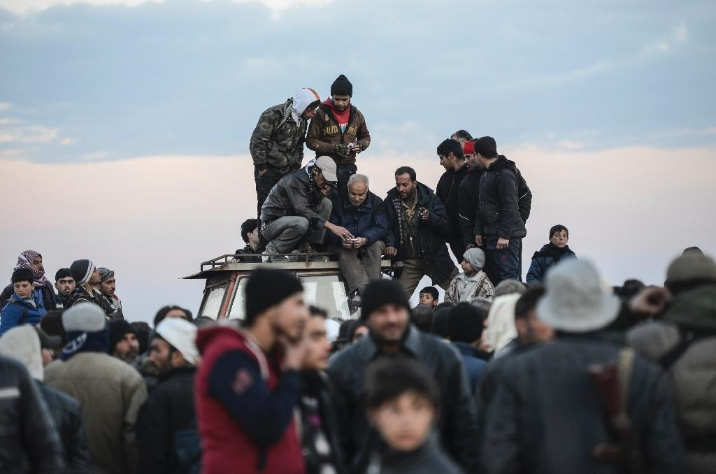 Syrians mass on Turkish border as regime advances