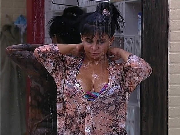 A cantora Gretchen usou uma camisa para tomar banho, mas, mesmo assim, quase mostrou demais