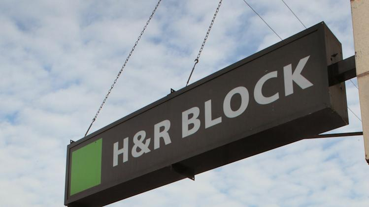 What are the requirements to qualify for an H&R Block Emerald Card advance?