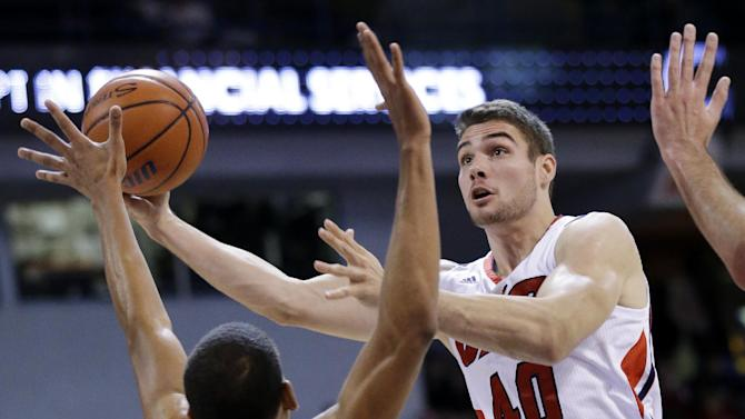 Sobolewski's 25 leads Northwestern past UIC 93-58