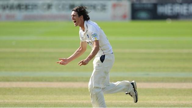County - Warwickshire press home advantage against MCC