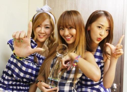 SISTAR celebrating their great achievement!