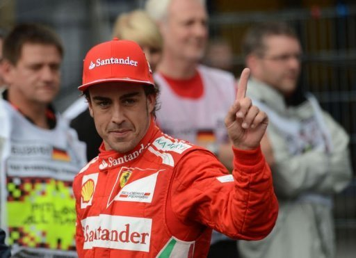 Fernando Alonso saluda tras lograr la &amp;#39;pole position&amp;#39; en el GPo de Alemania de F1. (AFP | Dimitar Dilkoff)