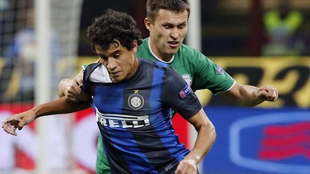 Inter Milan&#39;s Coutinho (L) challenges Aleksandr Ryazantsev of Rubin Kazan