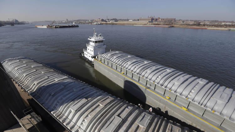 Mississippi River shipping resumes at Ill. lock
