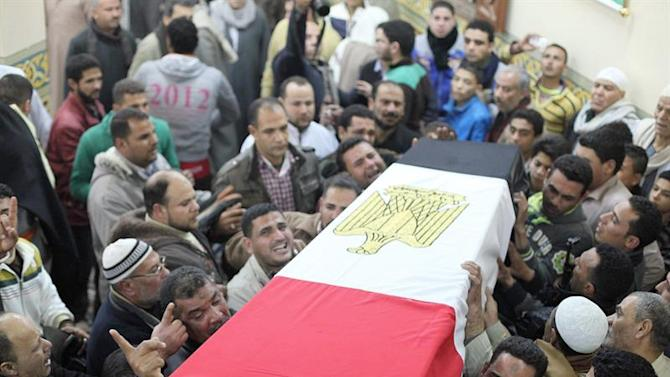 KEF01. Mihala (Egypt), 30/01/2015.- Egyptian mourners attend the funeral for one of the Officers killed in a Sinai attack on 29 January 2015 in Mihala, Egypt, 30 January 2015. According to reports at least 30 members of the Egyptian security services were killed and up to 50 people wounded in four seperate, coordinated attacks in northern Sinai, with responsibility being claimed by the group formerly known as Ansar Beit al-Maqdis but following a pledge of allegiance to the organisation which calls itself the Islamic State (IS) now goes by 'Sinai Province'. The attack prompted Egyptian President Abdul Fattah al-Sisi to cut short his visit to Ethiopia to return to Egypt. (Atentado, Egipto, Etiopía) EFE/EPA/MOHAMED ALSAAEID EGYPT OUT