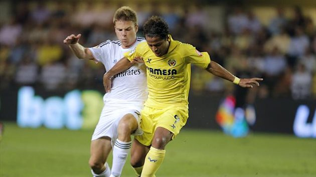 Real Madrid's midfielder Asier Illarramendi (L) vies with Villarreal's Mexican forward Giovani Dos Santos (AFP)