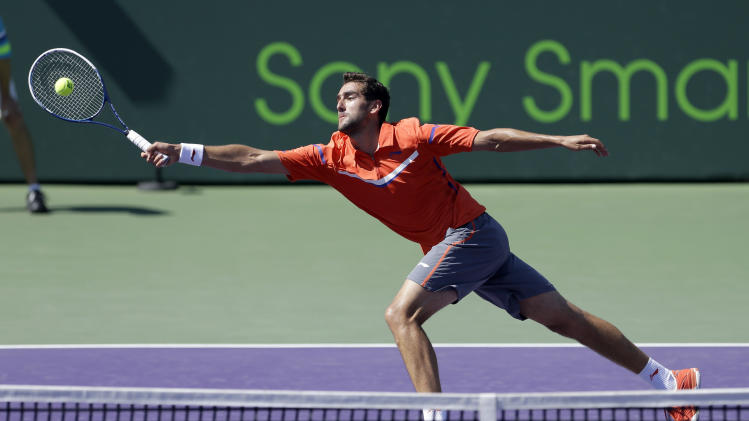 Marin Cilic, of Croatia, returns to Andy Murray, of Great Britain, during the quarterfinals of the Sony Open tennis tournament in Key Biscayne, Fla., Thursday, March 28, 2013. (AP Photo/Alan Diaz)