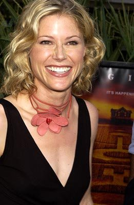 Premiere: Julie Bowen at the New York premiere of Touchstone's Signs - 7/29/2002 