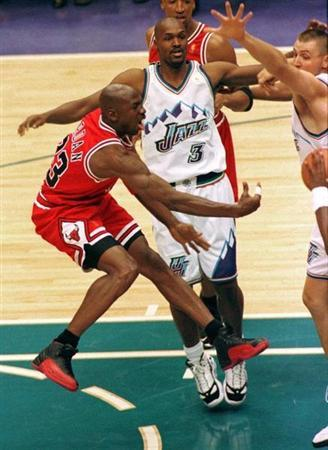 BULLS MICHAEL JORDAN PASSES AGAINST THE JAZZ IN NBA FINALS