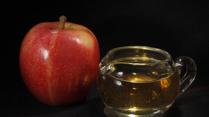 An apple and a pitcher of apple juice are posed together in Moreland Hills, Ohio on Thursday, Sept. 15, 2011. The federal Food and Drug Administration and a leading doctor are disputing suggestions by television show host Dr. Mehmet Oz that trace amounts of arsenic in many apple juice products pose a health concern. (AP Photo/Amy Sancetta)