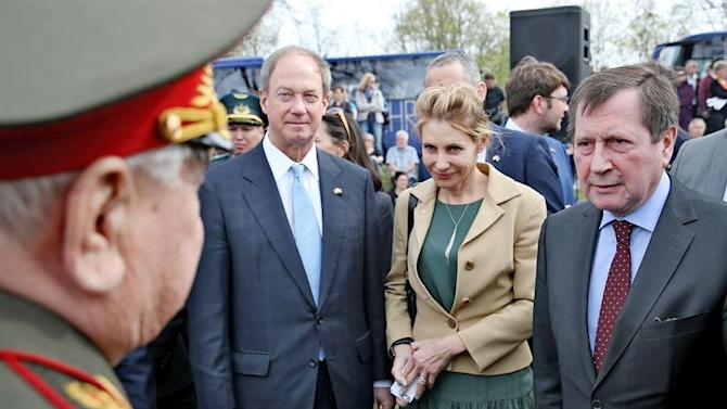 LEI215. Torgau (Germany), 25/04/2015.- US ambassador John B. Emerson (L-R), his spouse Kimberly Marteau and Russian ambassador Wladimir Michailowitsch Grinin speak to a former Soviet soldier during a ceremony entitled '70 years of Elbe Day' in Torgau, Germany, 25 April 2015. An exhibition at the castle runs from 24 April to 31 May and includes 30 boards with historic pictures from the end of World War II. During the 'Elbe Day', Torgau celebrates the 70th anniversary of the gathering of Soviet and US army units toward the end of World War II. (Alemania) EFE/EPA/JAN WOITAS