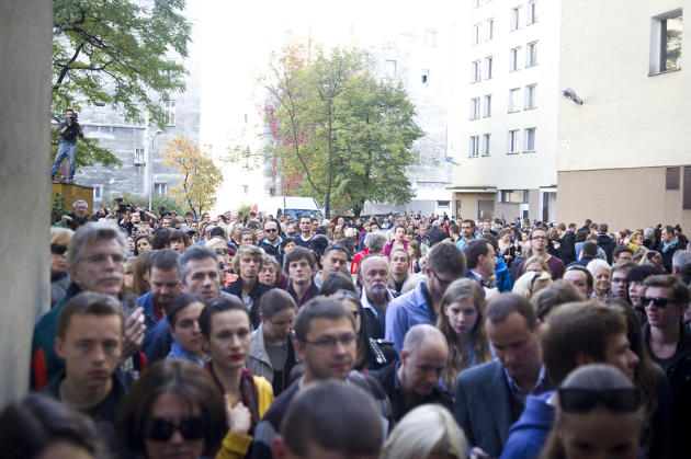 World's thinnest house Keret crowd outside