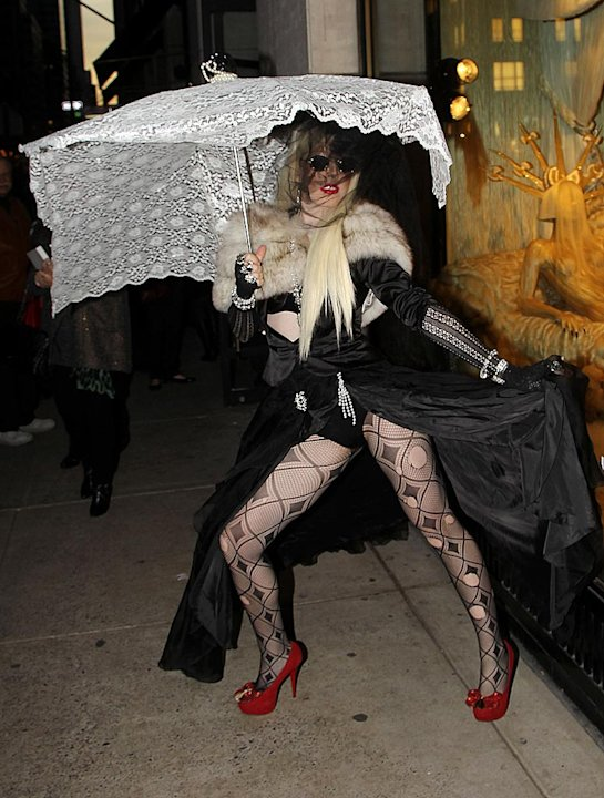 LadyGaga-BarneysGagaWindow120311