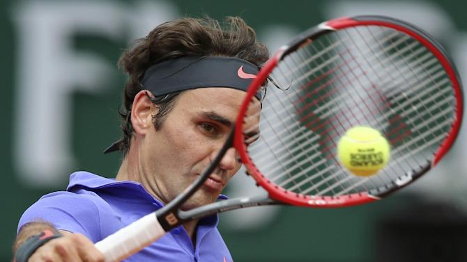 Switzerland's Roger Federer returns the ball to Colombia's Alejandro Falla during their first round match of the French Open tennis tournament at the Roland Garros stadium, Sunday, May 24, 2015 in Paris,  (AP Photo/David Vincent)