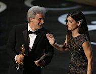 "William Goldenberg accepts the award for best film editing for ""Argo"" from presenter Sandra Bullock at the 85th Academy Awards in Hollywood, California February 24, 2013. REUTERS/Mario Anzuoni"
