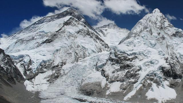 "Mount Everest guide describes ""surreal scene"" after avalanche"