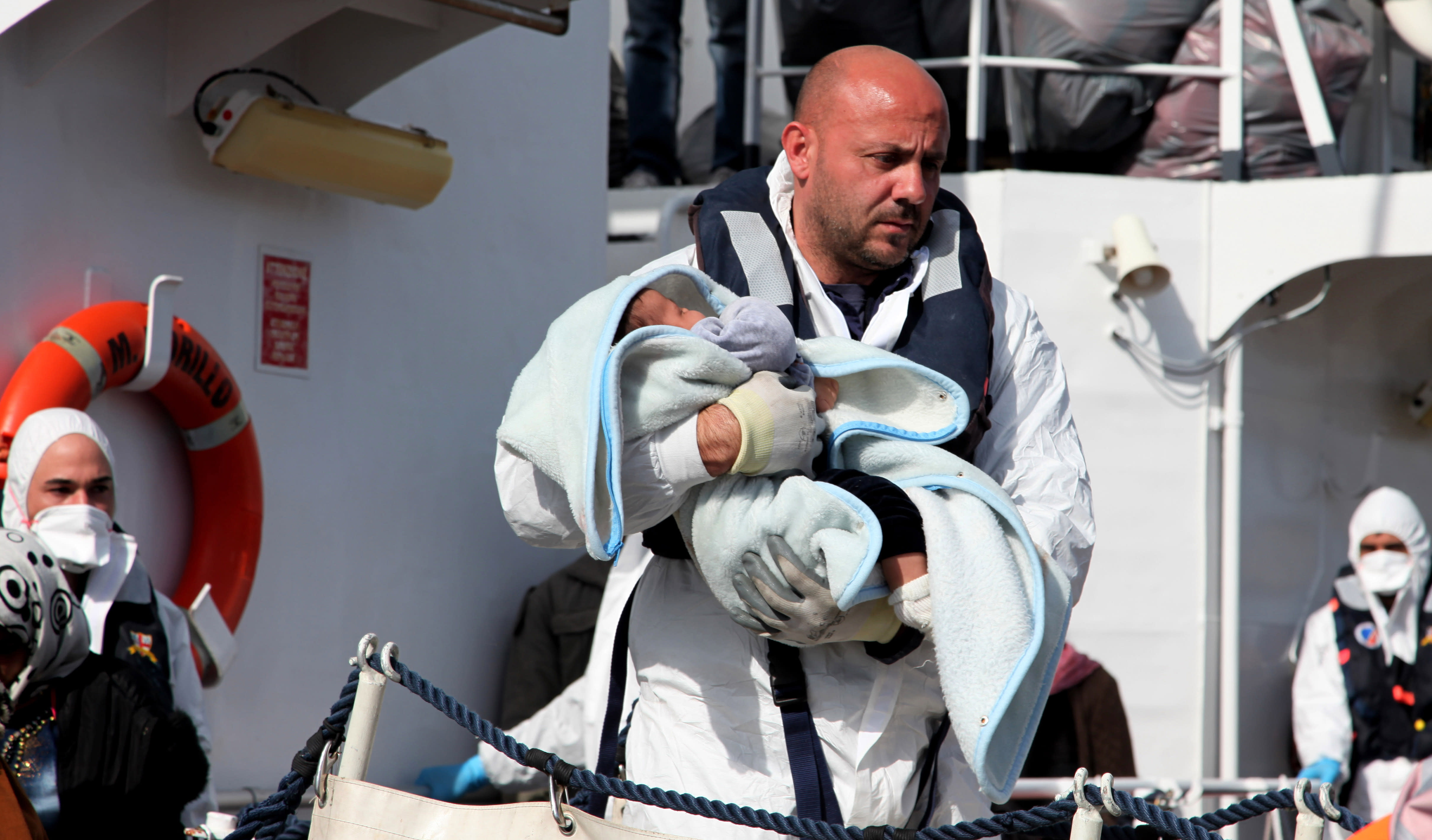 Italy rescues nearly 1,000 migrants; 10 die