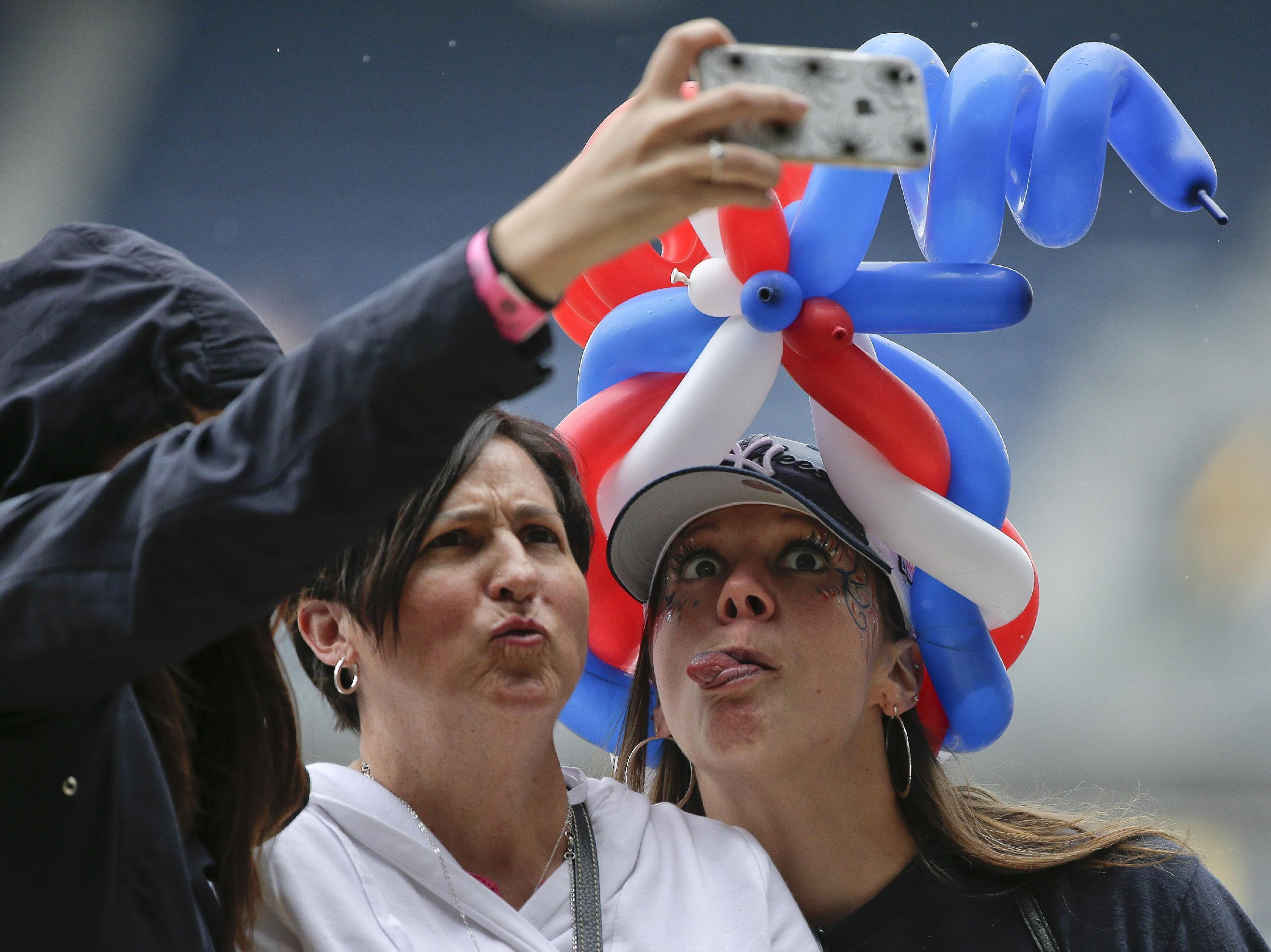 Angels will try to set record for most people using selfie sticks