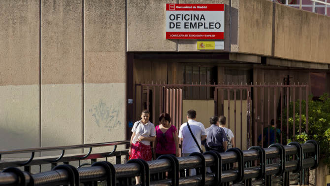 People leave as others arrive at an unemployment registry office in Madrid, Friday, July 27, 2012. The number of people out of work in Spain shows no sign of dropping, with almost one in four people unemployed, according to the latest government figures. The rate is the highest among the 17 nations using the euro currency. Spain is battling to avoid having to seek a full-blown financial bailout as it struggles to emerge from its second recession in three years and strives to convince investors it can manage its finances. (AP Photo/Paul White)