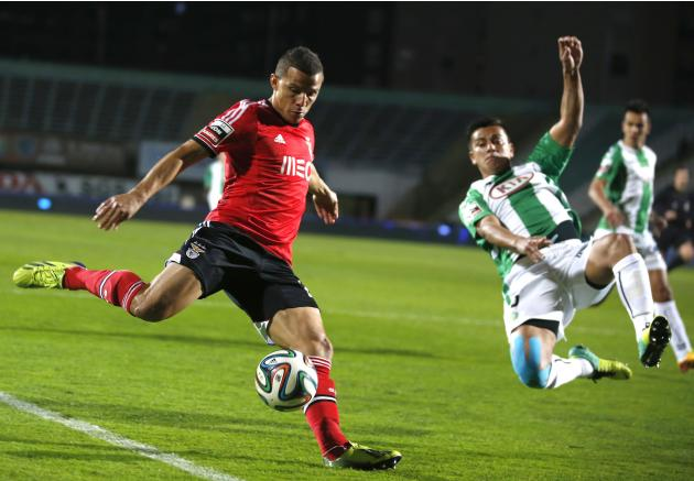 Vitoria Setubal's Javier Cohene fights for the ball with Benfica's Rodrigo Lima during their Portuguese Premier League soccer match in Setubal