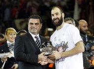 Olympiakos&#39; Vassilis Spanoulis (R) receives the MVP trophy after their Euroleague Basketball Final Four final game against Real Madird at the O2 Arena in London May 12, 2013. REUTERS/Suzanne Plunkett