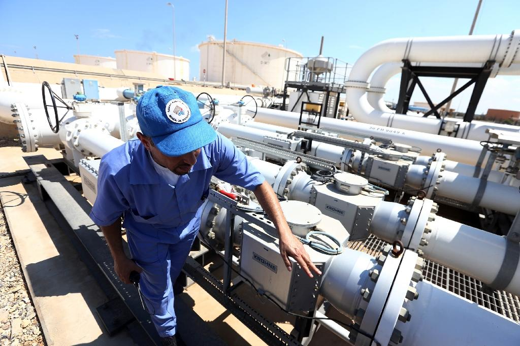 Oil gains as US growth beats expectations