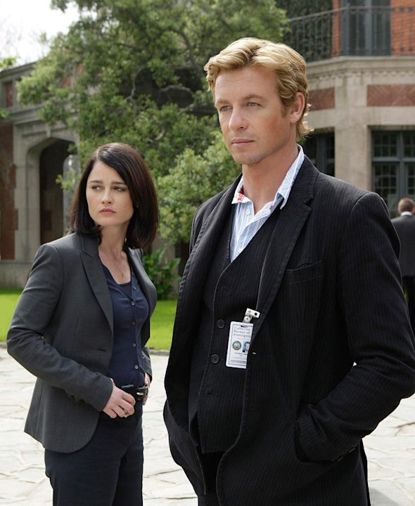 Simon Baker stars as Detective Patrick Jane and Robin Tunney stars as Agent Teresa Lisbon in The Mentalist .