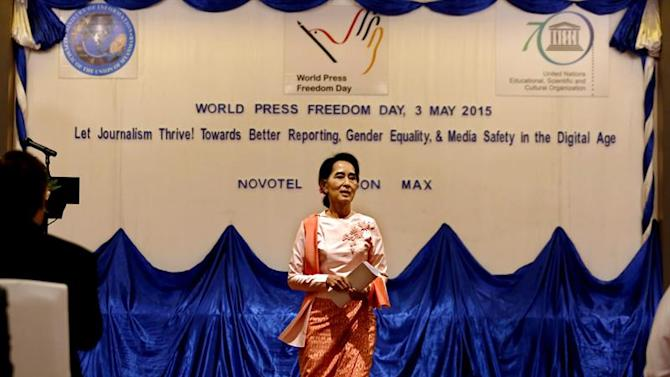 LBB50016. Yangon (Myanmar), 03/05/2015.- Myanmar opposition leader Aung San Suu Kyi leaves the stage after she delivered a speech during the ceremony to mark World Press Freedom Day 2015 in Yangon, 03 May 2015. This year World Press Freedom Day theme is 'Let Journalism Thrive! Towards better reporting, gender equality and media safety in the digital age'. Myanmar stands 144 out of 180 countries in World Press Freedom Index ranked by Reporters Without Borders. (Birmania) EFE/EPA/LYNN BO BO