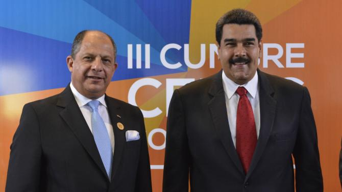 Costa Rica's president Luis Guillermo Solis poses with Venezuela's President Nicolas Maduro before the opening ceremony of the CELAC summit in San Antonio de Belen
