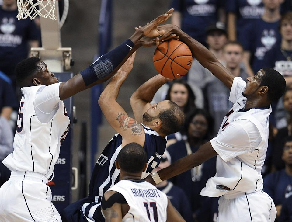 Daniels helps UConn rout S. Connecticut