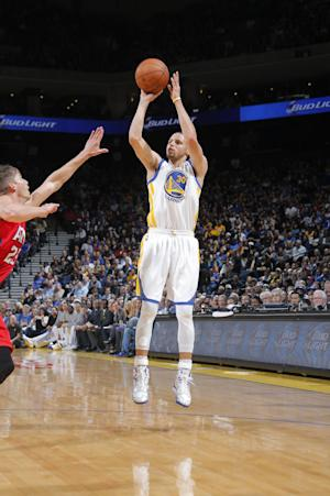 Warriors' Curry limited because of strained quad