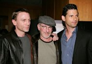 Los actores Daniel Craig (izq) y Eric Bana flanquean al director Steven Spielberg antes del pase privado de la pelcula &#39;Mnich&#39; de los estudios Universal Pictures, el 20 de diciembre del ao 2005 en Beverly Hills (oeste de EEUU). (AFP/Getty/Archivo | Vince Bucci)