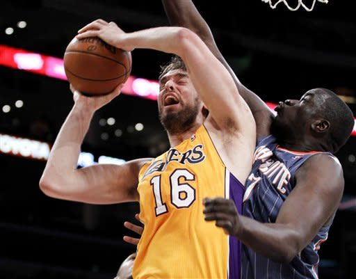Lakers dominate Bobcats in 106-73 win