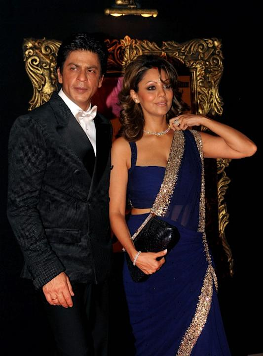 Indian Bollywood film actor Shahrukh Khan (L) and his wife Gauri Khan pose on the red carpet at the premiere of the Hindi film 'Jab Tak Hai Jaan' in Mumbai on November 12, 2012.   AFP PHOTO