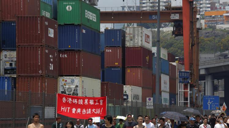 HK dockers briefly block road as strike grinds on
