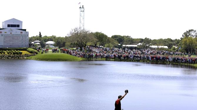 Tiger Woods waves to fans as he walks off the 18th hole after winning the Arnold Palmer Invitational golf tournament, Monday, March 25, 2013, in Orlando, Fla. (AP Photo/John Raoux)