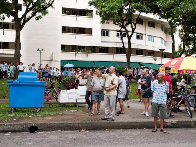 "The crowd size at Block 322, Hougang Avenue 5 was estimated to be about 200. Many were shouting ""Huat ah!"", in reference to Png Eng Huat from Workers' Party. (Yahoo! photo/Alvin Ho)"