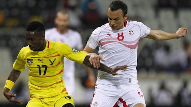 Togo&#39;s Serge Gakpe (L) fights for the ball with Tunisia&#39;s Chadi Hammami (R) during their African Nations Cup (AFCON 2013) Group D soccer match in Nelspruit, January 30, 2013 (Reuters)