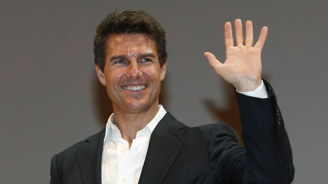 """U.S. actor Tom Cruise waves to fans at the Japan premiere of his new movie """"Jack Reacher"""" in Tokyo,  Wednesday, Jan. 9, 2013. (AP Photo/Shizuo Kambayashi)"""